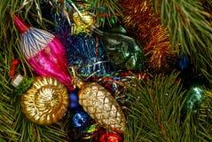 El ` coloreado s del Año Nuevo juega en la tabla y las ramas verdes del pino Fotografía de archivo libre de regalías