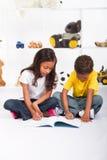 El colorear de los niños imagen de archivo