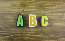 El ` colorido de ABC del ` de la palabra sobre el tablero de madera Imagenes de archivo
