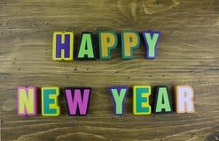 El ` colorido de la Feliz Año Nuevo del ` de la palabra sobre el tablero de madera Imagenes de archivo