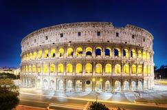 El Colosseum en la noche, Roma Foto de archivo