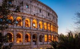 El Colosseum en Roma en la puesta del sol imagen de archivo libre de regalías