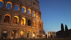 El colosseum y el arco de Roma de Constantina en la oscuridad metrajes