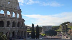 El Colosseum y el arco triunfal de Constantina en Roma almacen de video