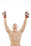 El combatiente con los guantes de la lucha y el vendaje alrededor de sus manos ruegan para Foto de archivo libre de regalías