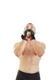 El combatiente con los guantes de la lucha y el vendaje alrededor de sus manos ruegan para Imagen de archivo