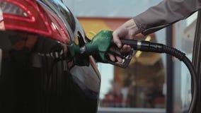 El combustible se vierte en el tanque metrajes