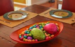 El comedor del chocolate eggs para una invitación en la cena Fotografía de archivo libre de regalías