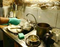 El comenzar a lavar platos Fotografía de archivo libre de regalías