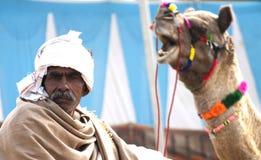 El comerciante del camello con su camello Imagen de archivo