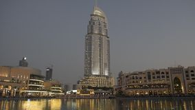 El comienzo de las fuentes de Dubai muestra en la alameda de Dubai almacen de video
