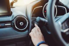 El comienzo del empuje, el control del coche del motor del bot?n de paro del finger fotos de archivo libres de regalías