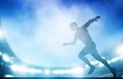 El comienzo del funcionamiento en el estadio en noche se enciende atletismo Imágenes de archivo libres de regalías