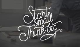 El comienzo pequeño piensa concepto grande de las aspiraciones de la creatividad de las ideas fotos de archivo