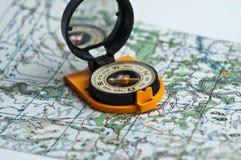 Compás y un mapa. Imagenes de archivo
