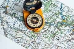 Compás y un mapa. Imagen de archivo