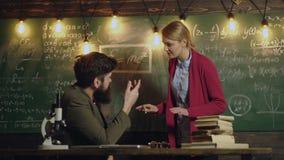 El compañero de clase educa concepto de la lección del conocimiento del amigo El estudiante comunica con el profesor en el tabler metrajes