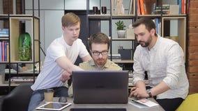El compañero de trabajo explica a colegas sus ideas y estrategias en oficina metrajes