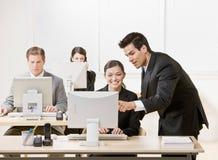 El compañero de trabajo que escucha el supervisor explica problema Imagen de archivo libre de regalías