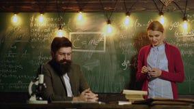 El compa?ero de clase educa concepto de la lecci?n del conocimiento del amigo El estudiante comunica con el profesor en el tabler almacen de metraje de vídeo