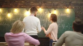 El compa?ero de clase educa concepto de la lecci?n del conocimiento del amigo Profesor y estudiante De nuevo a escuela Aprendizaj metrajes