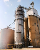 El compartimiento grande del elevador de grano y el otro equipo de cultivo Foto de archivo