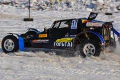 El competir con auto del invierno en las máquinas de expediente. Imagen de archivo libre de regalías