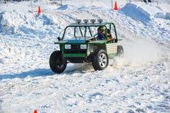 El competir con auto del invierno en las máquinas de expediente. Foto de archivo