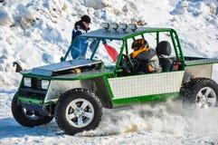 El competir con auto del invierno en las máquinas de expediente. Imagen de archivo