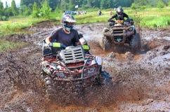 El competir con campo a través en ATV Fotografía de archivo