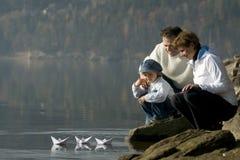 El competir con de barco de papel Fotos de archivo libres de regalías