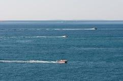 El competir con de barcos en el mar Imagen de archivo libre de regalías