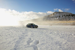 El competir con de coche en un lago congelado Imagen de archivo