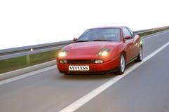 El competir con de coches de adaptación abajo de la carretera Imágenes de archivo libres de regalías