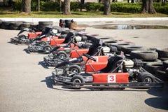 El competir con de Kart. Coches en la parada del hoyo. foto de archivo libre de regalías