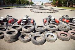 El competir con de Kart. Coches en la parada del hoyo. Fotografía de archivo