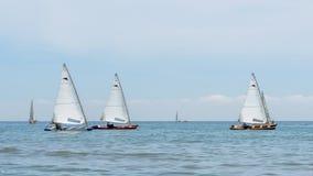 El competir con de la navegación del catamarán Actividad que se divierte del mar al aire libre Foto de archivo libre de regalías