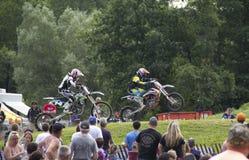 El competir con de las bicis de la suciedad Foto de archivo