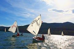 El competir con de los cadetes de los barcos de navegación Imagenes de archivo
