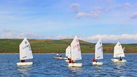 El competir con de los cadetes de los barcos de navegación Foto de archivo libre de regalías