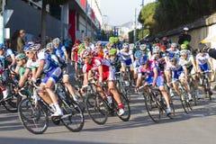 El competir con de los ciclistas Fotos de archivo libres de regalías