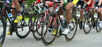El competir con de los ciclistas Foto de archivo libre de regalías