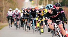 El competir con de los ciclistas Fotografía de archivo libre de regalías