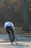 El competir con del ciclista de la mañana Foto de archivo