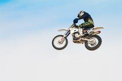 El competir con del motor Motorista contra el cielo Imagen de archivo
