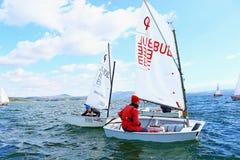 El competir con del optimista de los cadetes de los barcos de navegación Foto de archivo