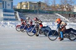 El competir con en pista del hielo en un comienzo de la motocicleta Imágenes de archivo libres de regalías