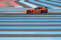 El competir con a través de las líneas azules Imagenes de archivo