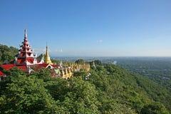 El complejo masivo de la pagoda en la cumbre de la colina de la pagoda del Su Taung Pyae sobre Mandalay en Myanmar imagen de archivo