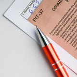 El completar el formulario de impuesto individual polaco PIT-37 por el año 2013 Imágenes de archivo libres de regalías